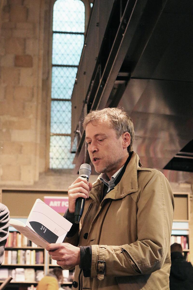 Yves Petry leest voor uit het titelverhaal 'Duif en haan'.